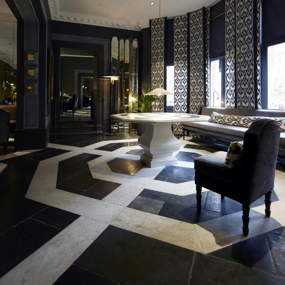 Lapicida_Hotel-Lobby_Floors_Table_Carrara_Nero-Antico_Birr-Black