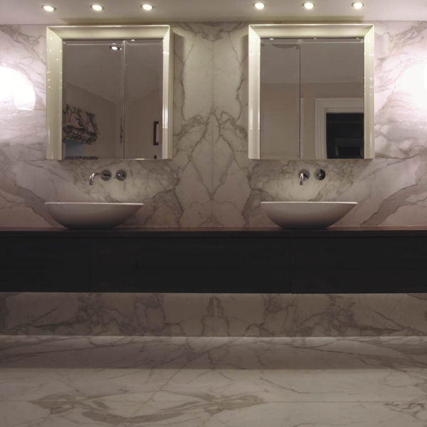 Lapicida_Statuario_Bookmatch_Bathroom